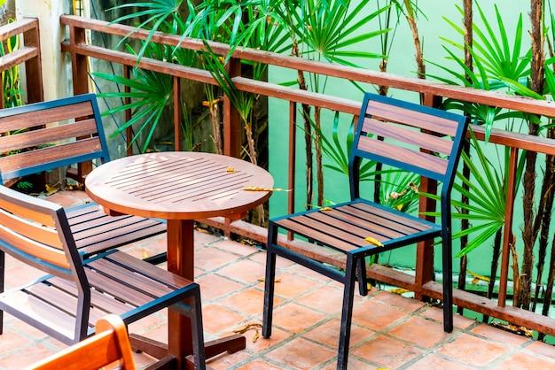 屋外のテラスのテーブルと椅子