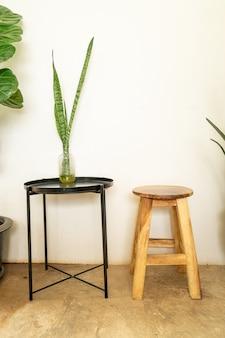 Пустой деревянный стул со столом