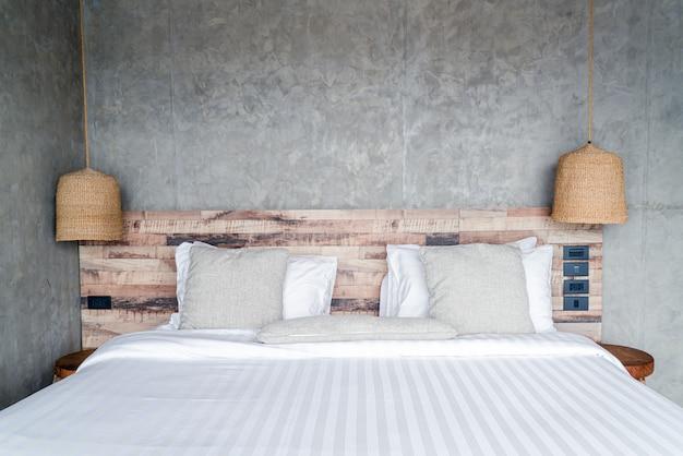 Красивые удобные подушки на кровати