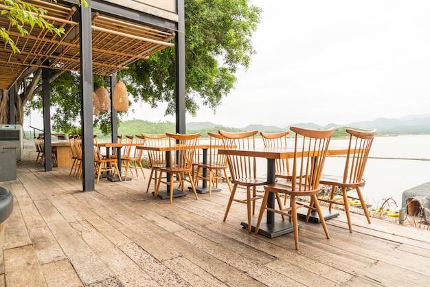 カフェレストランの木製テーブルと椅子