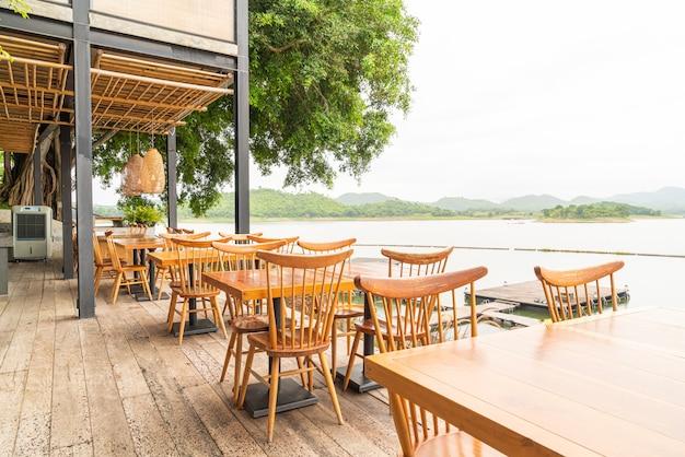 Деревянный стол и стул в кафе-ресторане