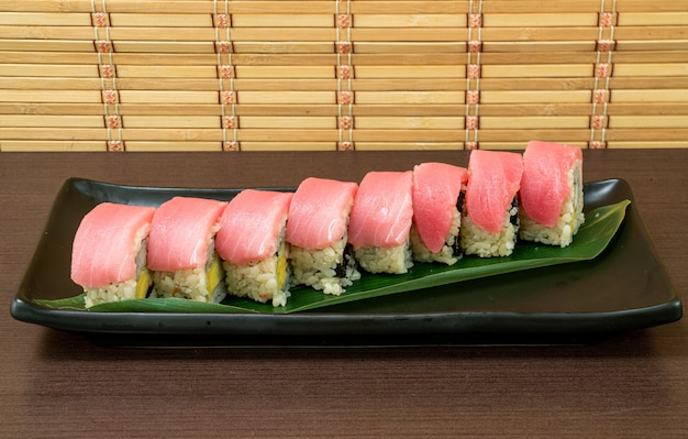 Ролл из тунца с суши - японская еда