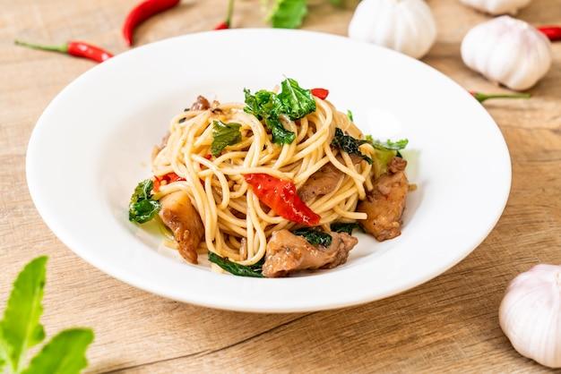 鶏肉とバジルの炒めスパゲッティ
