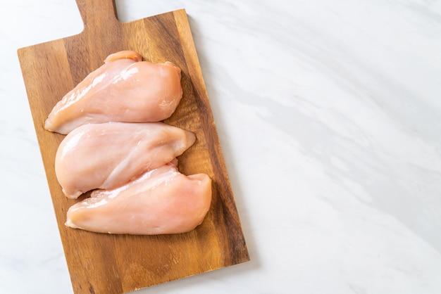 生の鶏の胸肉生