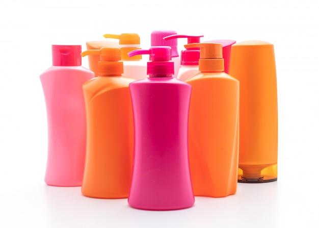 Бутылка шампуня или кондиционера для волос на белом