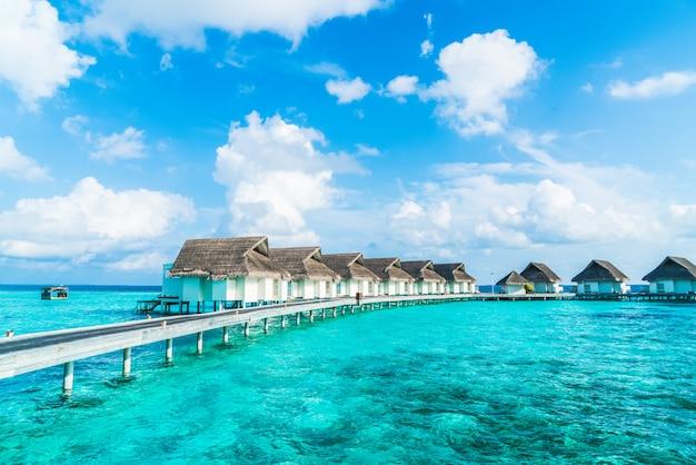 熱帯のモルディブリゾートホテルとビーチと海の島
