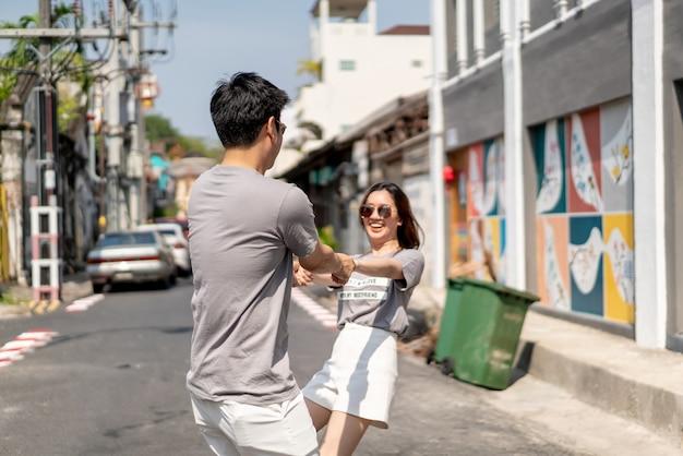 Счастливые молодые азиатские пары в любви, имеющие хорошее время