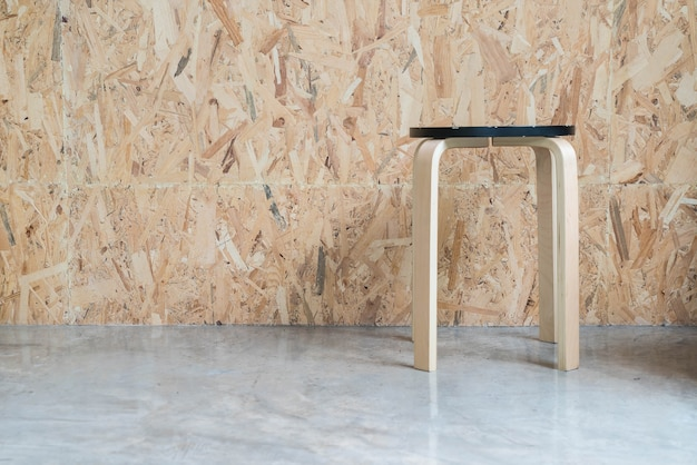 木製の背景とモダンな椅子