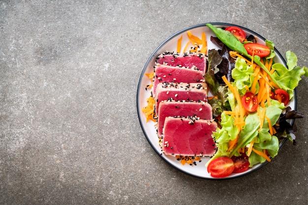 生野菜のサラダと生のマグロ