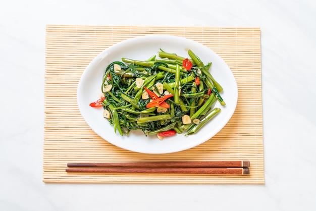 炒めた中国朝顔または水ほうれん草