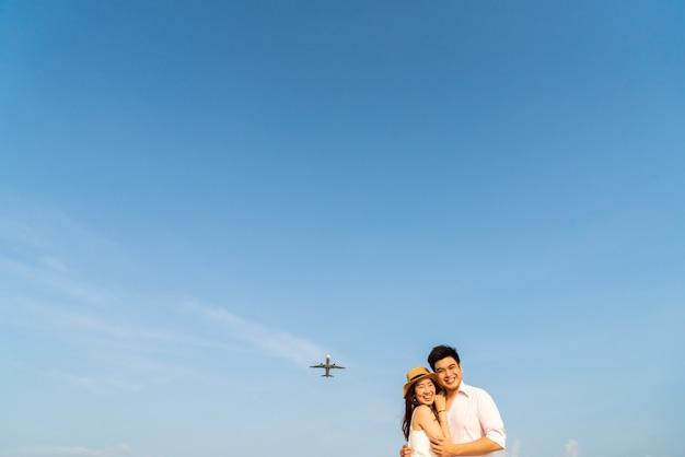 青い空と恋に幸せなアジアカップル