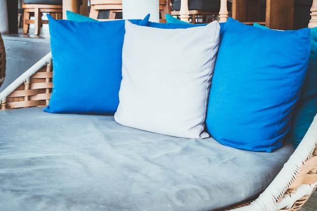 ソファの屋外パティオで快適な枕