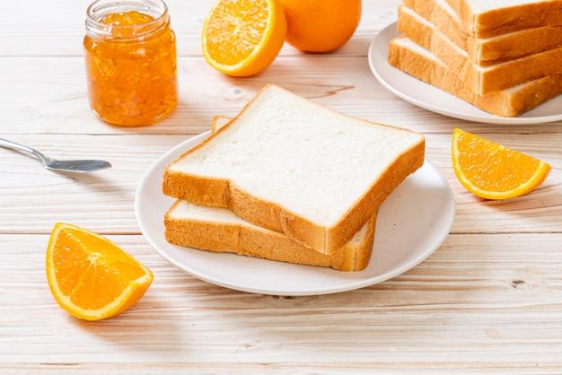 Ломтики хлеба с апельсиновым джемом