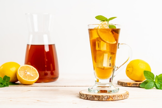 Стакан ледяной чай с лимоном