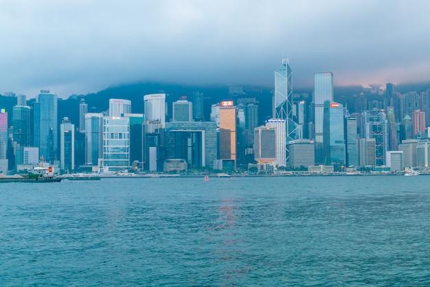 Сцена гавани виктория в гонконге. гавань виктория является известным туристическим местом для посещения