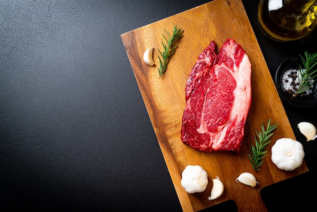 新鮮な生の牛肉ステーキ