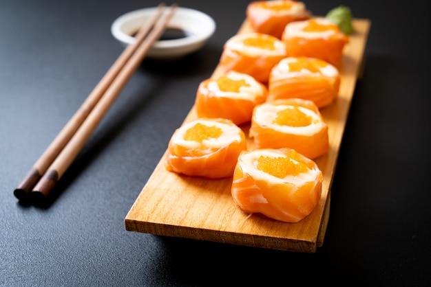 Ролл из свежего лосося с майонезом и креветками