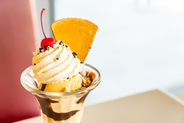Чашка ванильного мороженого со взбитыми сливками