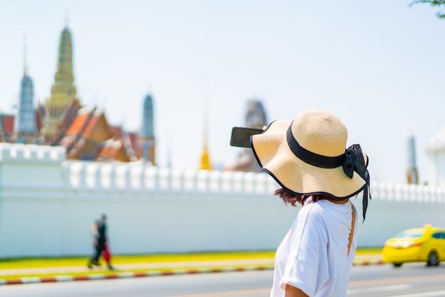 タイでの幸せなアジア女性旅行