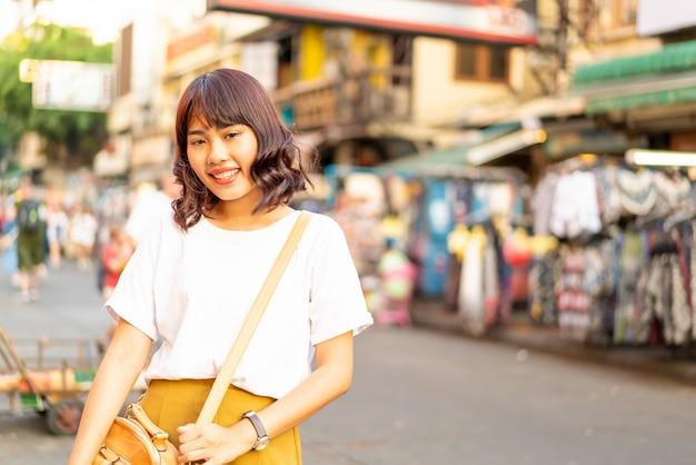 カオサーンロード、タイで旅行する幸せと美しいアジアの女性