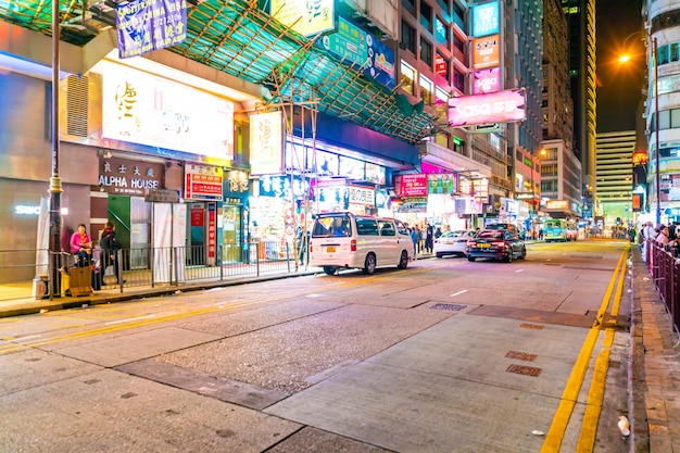 Неоновые огни на улице цим ша цуй в гонконге. улица цим ша цуй является очень популярным торговым местом в гонконге.