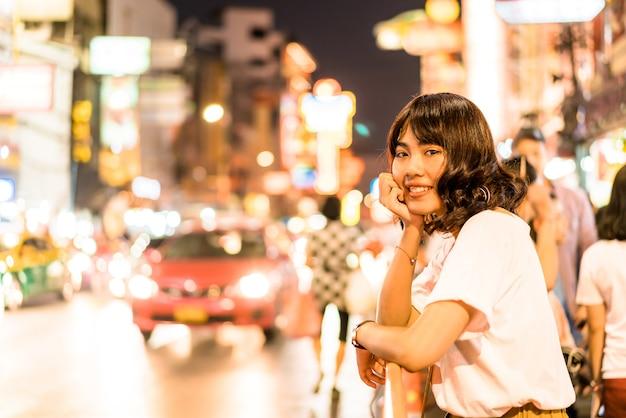 Молодая азиатская женщина путешественник с видом на китай-город в бангкоке, таиланд