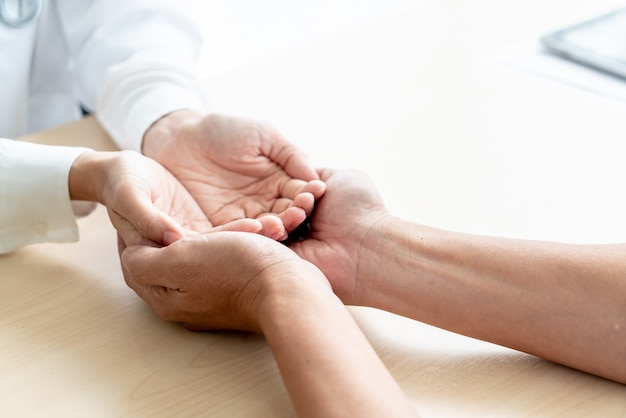 特別養護老人ホームで保持している空の手のクローズアップ