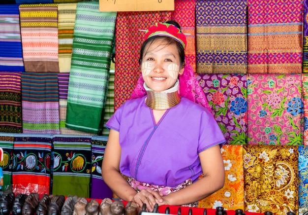 Деревни северного племени таиланда или деревня карен лонг ше в таиланде