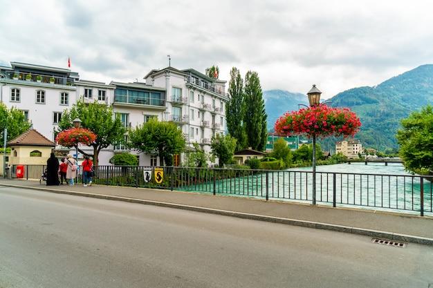 スイス、ツューナーゼー川とインターラーケンの町