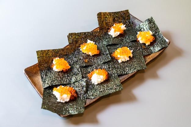 Японский рис и лососевые яйца на водорослях