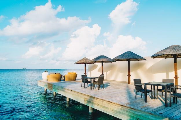 青い海とテーブルと椅子