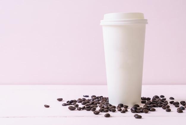 Бумажный стаканчик с кофе на вынос