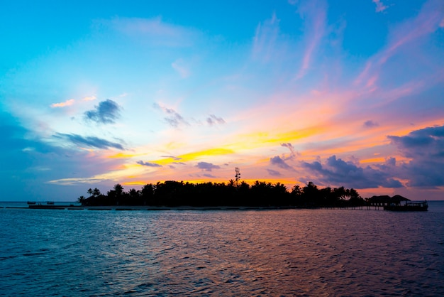 Закатное небо с островом мальдивы