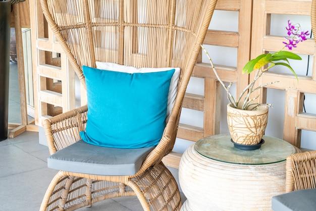 Удобный стул с подушкой на террасе
