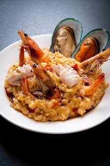Ризотто с морепродуктами (креветки, мидии, осьминог, моллюски) и помидорами