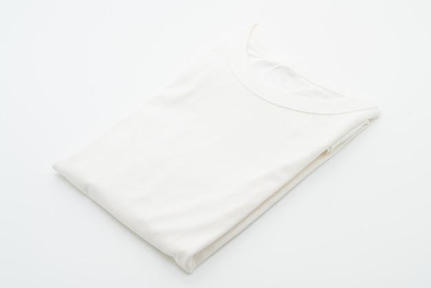 Белая сложенная футболка