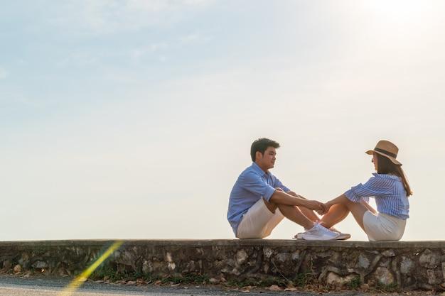 Счастливая молодая азиатская пара в любви, хорошо провести время
