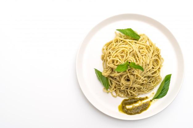 ペストソース、オリーブオイル、バジルの葉のスパゲッティ。