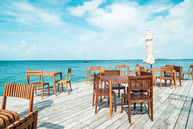 モルディブの海を望む木製のテーブルと椅子