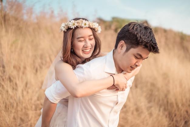 楽しい時間を過ごして愛の幸せな若いアジアカップル