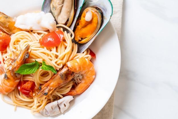 Паста с морепродуктами спагетти с моллюсками, креветками, ломтиками, мидиями и помидорами