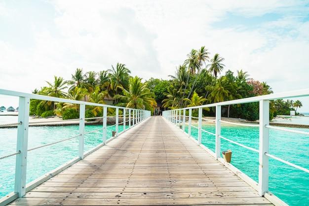 美しい熱帯のモルディブリゾートホテルとビーチと海の島
