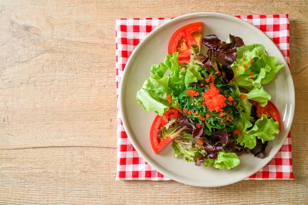 海藻とエビの卵の野菜サラダ