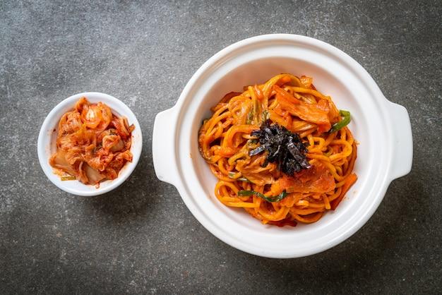 Жареная лапша с корейским острым соусом и овощами
