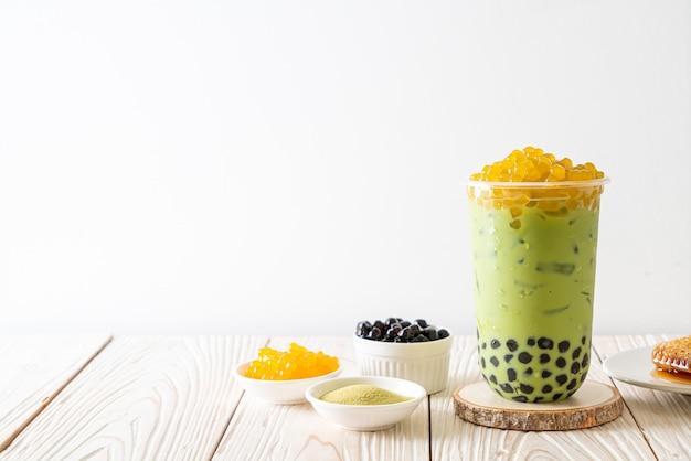 Зеленый чай латте с пузырьками и медовыми пузырьками