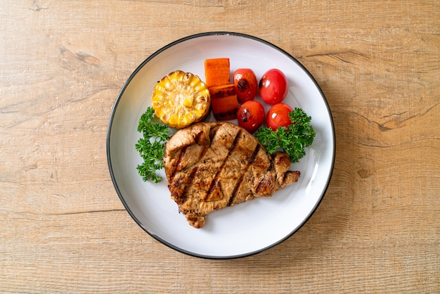 Стейк из свинины на гриле и шашлык с овощами