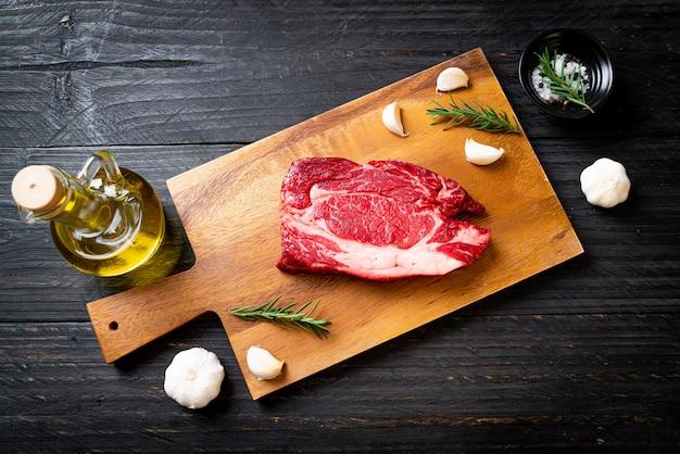Свежий сырой говяжий стейк