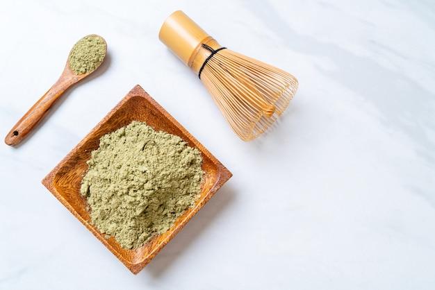 泡立て器で抹茶緑茶粉末