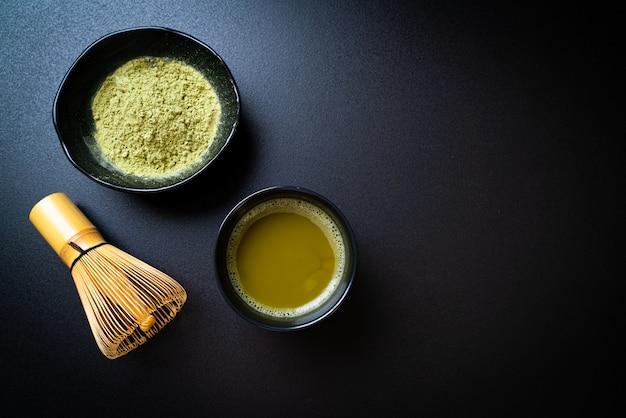 緑茶粉末と泡立て器で熱い抹茶緑茶カップ