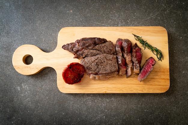 Средне-редкий говяжий стейк на гриле